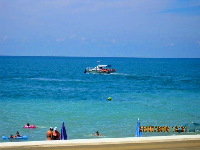Лоо гостиницы с бассейном рядом с морем
