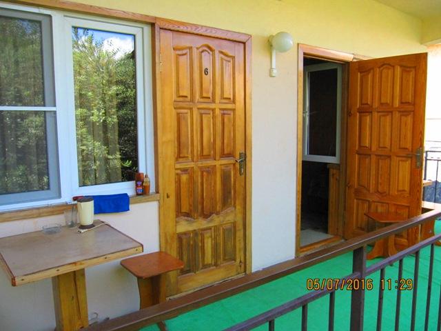 Где можно снять недорого деревянный домики в Лоо с удобствами