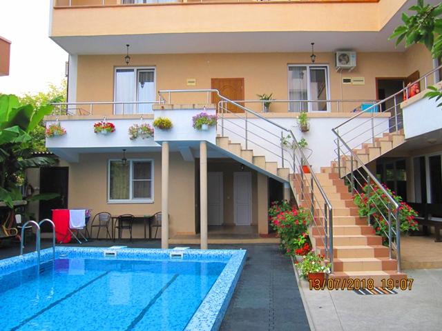 Гостевые дома в Лоо с бассейном и детской площадкой  рядом с морем фото