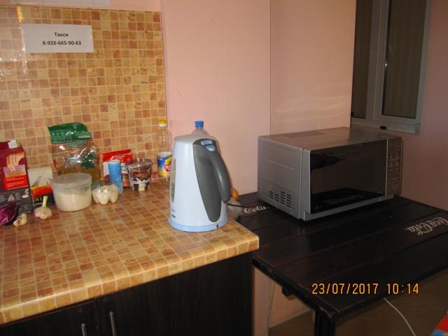 Отдельные столики с посудой для отдыхающих в домиках