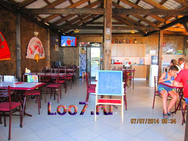 Просторная кухня столовая в гостинице Лоо с бассейном
