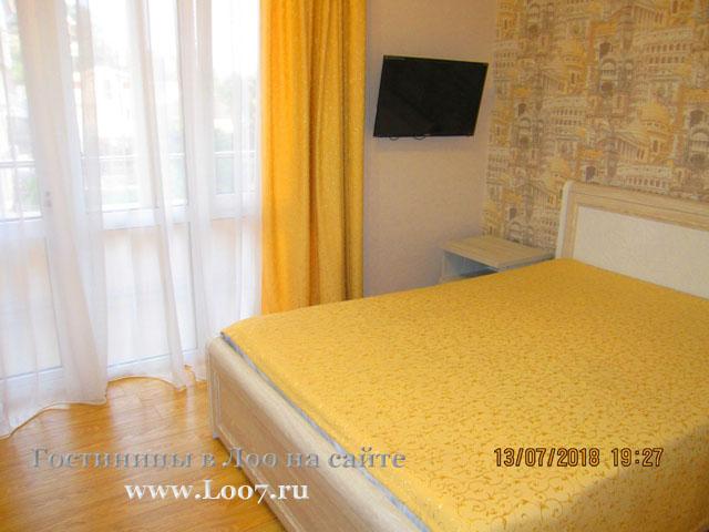 Двух спальная кровать в двух комнатном номере в Лоо гостинице с бассейном