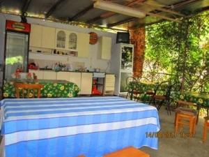 Жилье эконом в гостинице Лоо, кухня в номере, номера с отдельной кухней в Лоо