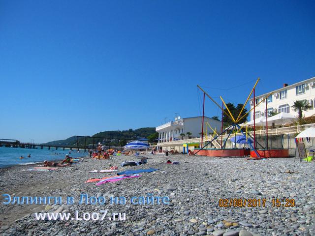Развлечения для детей на пляже в Лоо рядом с эллингами