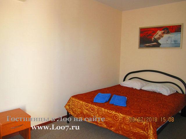 В двух комнатном номере общая кровать и удобства в номере