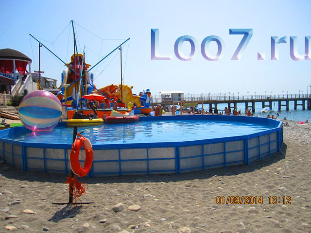Детские бассейны с морской водой на пляже в Лоо
