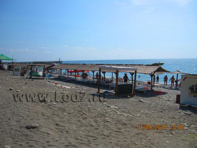 Пляж рядом с домиками в Лоо 12 у самого моря фото