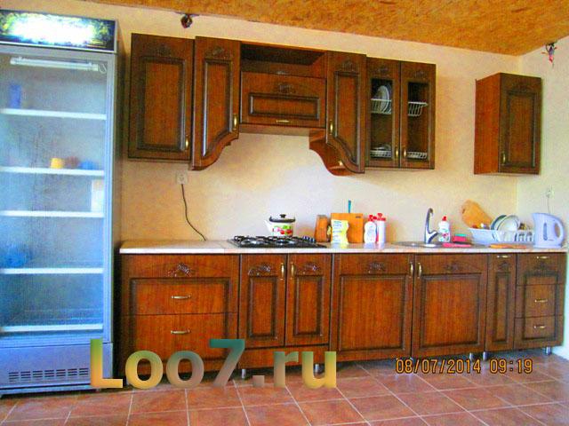 Кухня и столовая в частной гостинице Лоо