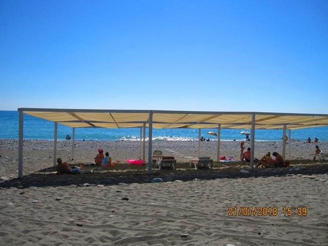 Песочный пляж в Лоо рядом с гостиницей