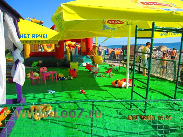 Развлечения на пляже Лоо в районе горный воздух, детские площадки, качели песочницы