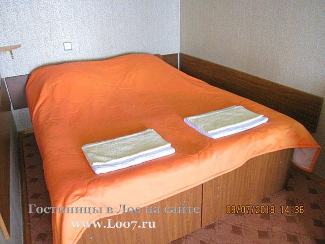 Двух спальная кровать в номере с видом на море