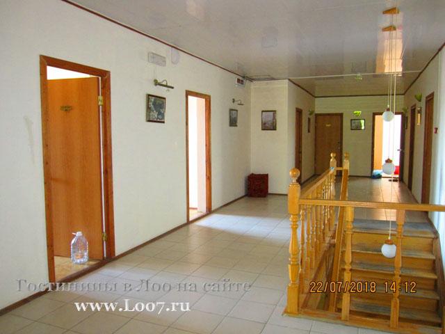 На этаже в гостинице Лоо есть пять двух комнатных номеров с видом на море