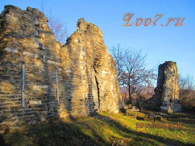 Сохранившаяся северная стена в храме Лоо