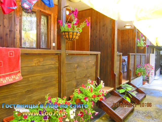 Номера в деревянных домиках Лоо с балконом фото