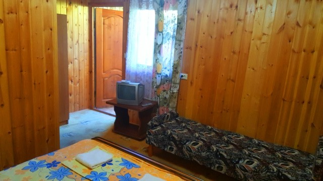 Просторный деревянный номер с удобствами