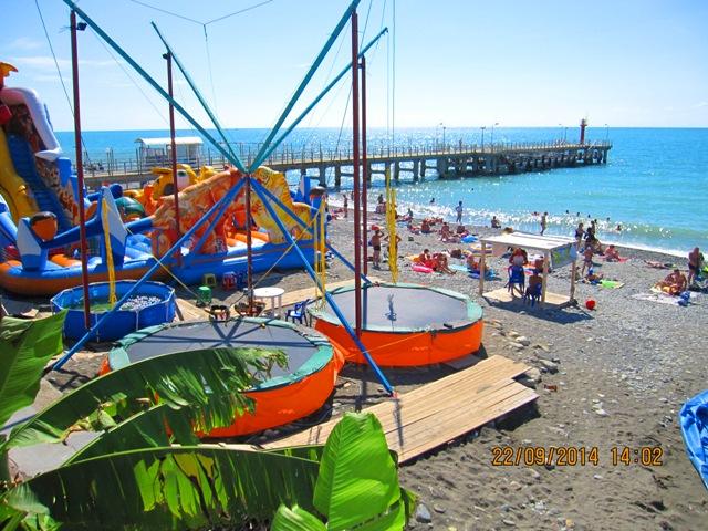Развлечения на пляже в Лоо рядом с домиками фото
