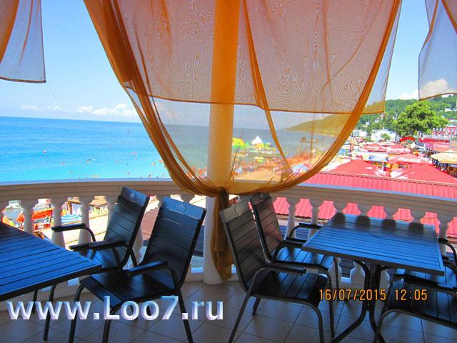 Отдых на курорте Лоо фото ресторанов закусочных расположенных прямо у берега моря на центральном пляже в поселке Лоо