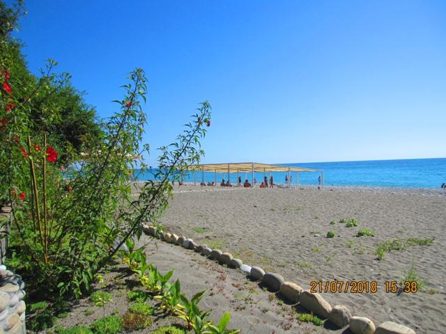 Песчаный галечный пляж в Лоо рядом с гостиницей