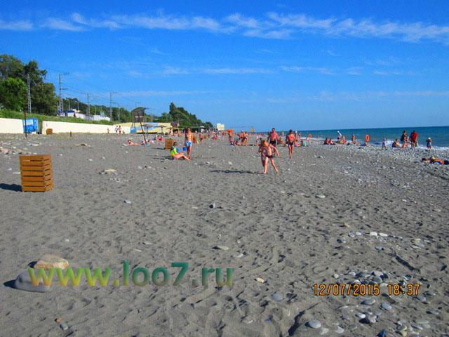 Песчаный пляж в Лоо рядом с гостиницей эконом