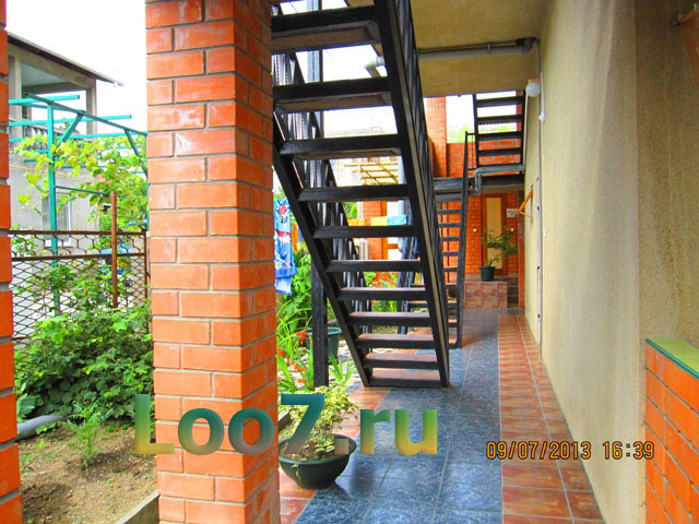 Территория частной гостиницы в Лоо