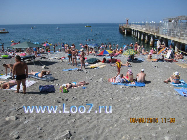 Отдых в Лоо центральный пляж рядом с гостиницей фото