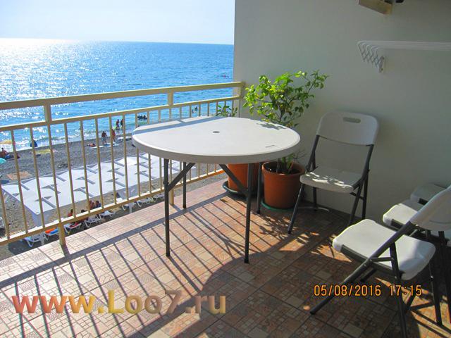 Номера в Лоо с балконом видом на море на пляже