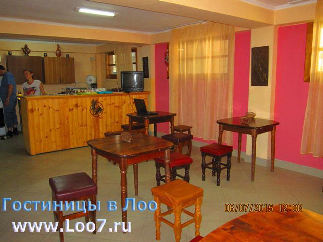 Лоо гостиница с кухней и столовой