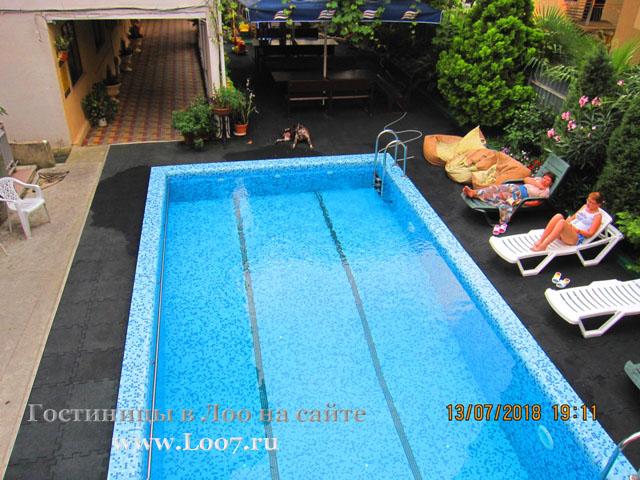 Отель в Лоо с бассейном цена