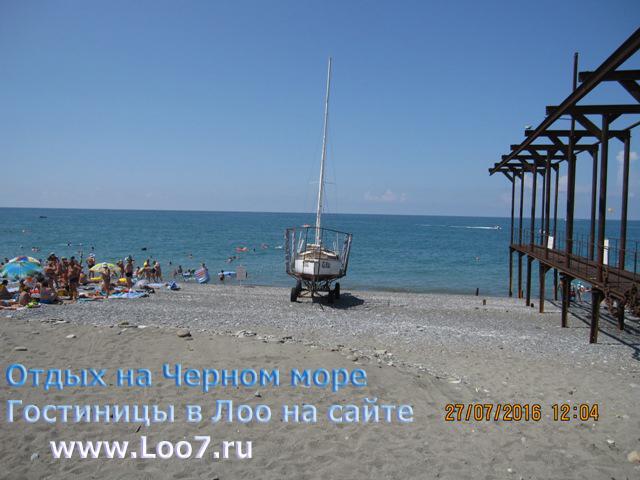 Лоо пляж  в центре поселка Лоо